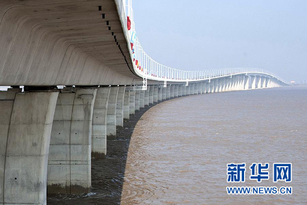 """俞正声(中)、李盛霖(右)、罗志军(左)共同按动""""崇启大桥建成通车""""水晶触摸球。"""
