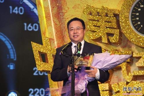 北京现代李峰为索纳塔八领取2011年度风云汽车奖