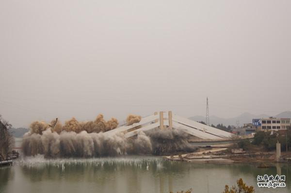 国内首座转体板拉桥沱江大桥成功...