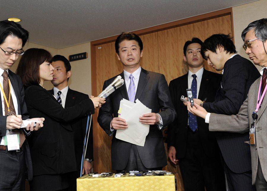 2011年12月27日,在日本首都东京,日本外相玄叶光一郎(中)在日本政府