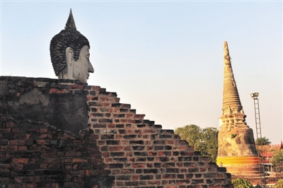 2010年,泰国大城府佛塔崖差蒙空寺.