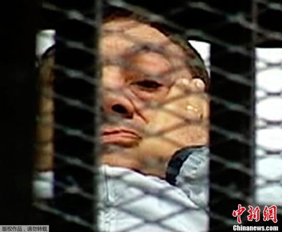 资料图:当地时间8月3日,埃及前总统穆巴拉克躺着出现在开罗庭审现场,在铁笼中接受审判。