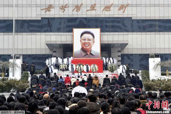 12月21日,朝鲜首都平壤下起了大雪,但仍有大批民众冒雪前往各哀悼场所进行哀悼活动,图为朝鲜中央通讯社22日发布的哀悼现场照片。