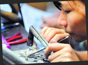 广东珠宝行业每年缺工1万。 (资料配图)记者黎旭阳 摄