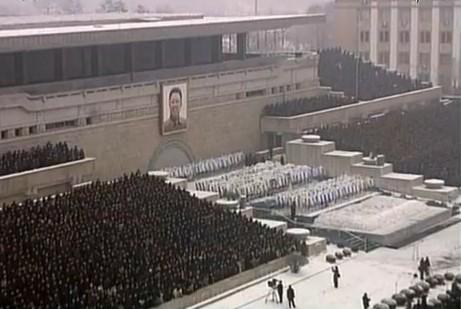 金日成纪念馆门前已聚集着前来与金正日遗体告别的人们。