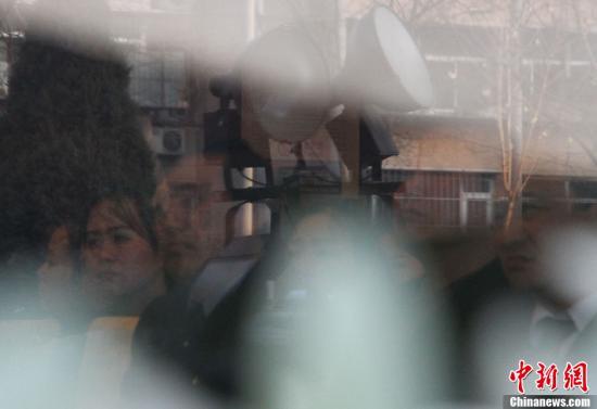 12月28日,金正日遗体告别仪式在朝鲜首都平壤举行。图为部分在华朝鲜人当天聚集到位于北京望京地区的朝鲜国营餐厅玉流宫观看仪式的电视直播。中新社发 肖欣 摄