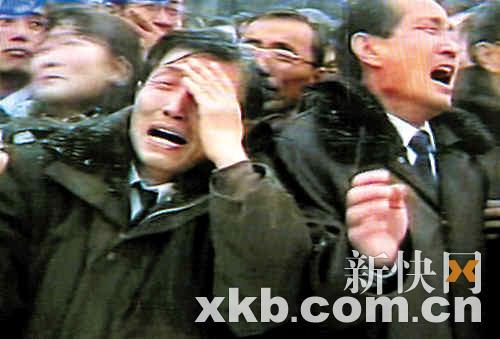 朝鲜民众在平壤参加金正日遗体告别仪式时恸哭。 新华社发