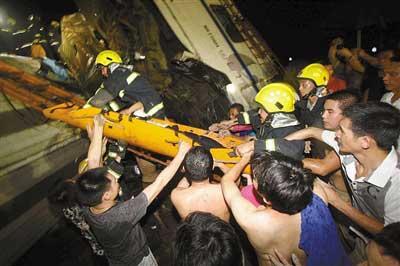 7月23日晚,动车追尾事故现场,救援正在进行。长空 摄