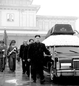 当地时间2011年12月28日,朝鲜平壤,金正恩护送金正日的灵车。