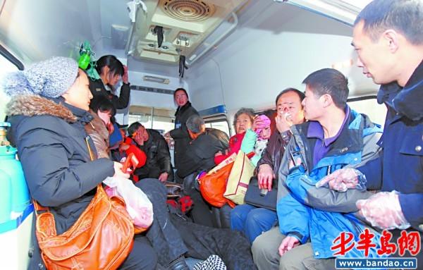公交车受伤乘客坐上救护车.-即墨一公交与货车相撞 导致10名乘客受伤高清图片