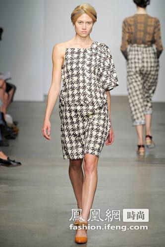 她喜欢设计一些风格保守的衣服,这些裹得严密之极的服装看起来一点也不做作忸怩。