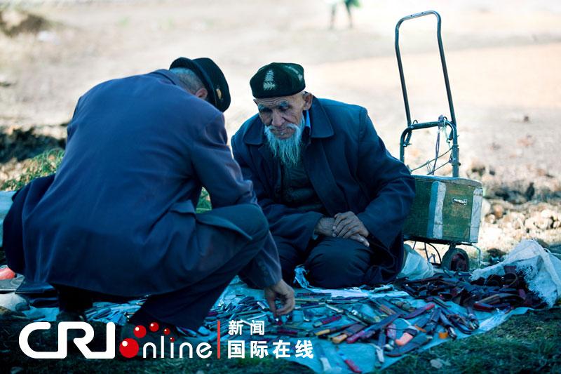 木湖畔买刀具的维族老人 摄影:刘云志-年终报道 2011中国表情 之八