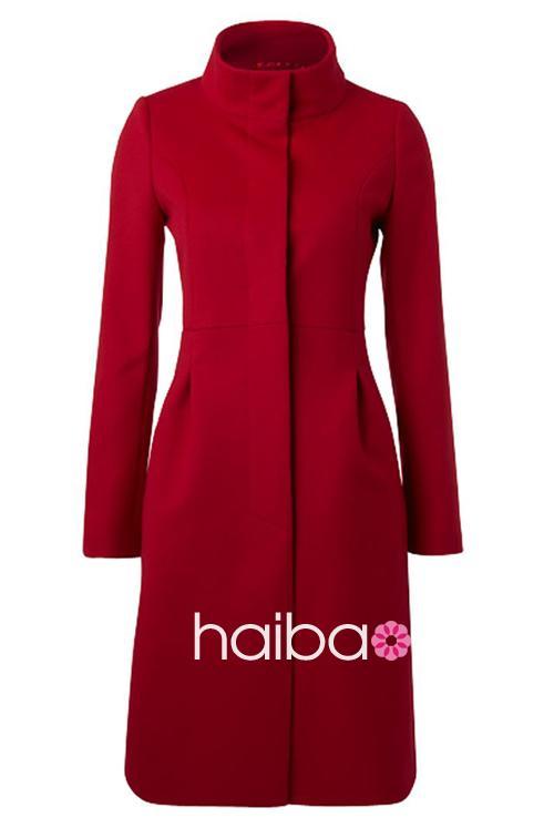 包包来搭配这件玫红色大衣