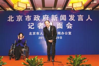昨日,市政府副秘书长、市政府新闻发言人杨志强首次亮相,同为市政府新闻发言人的王惠带伤表示欢迎。本报记者 孙纯霞 摄