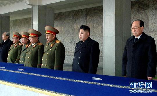 这是朝中社12月30日发布的金正恩(右二)等出席12月29日在平壤金日成广场举行的金正日中央追悼大会的照片。