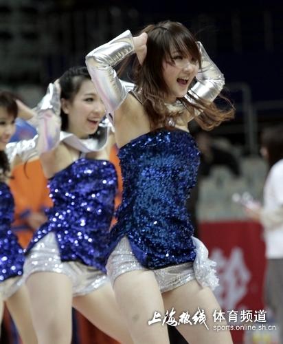 宝贝激情舞蹈助威上海队