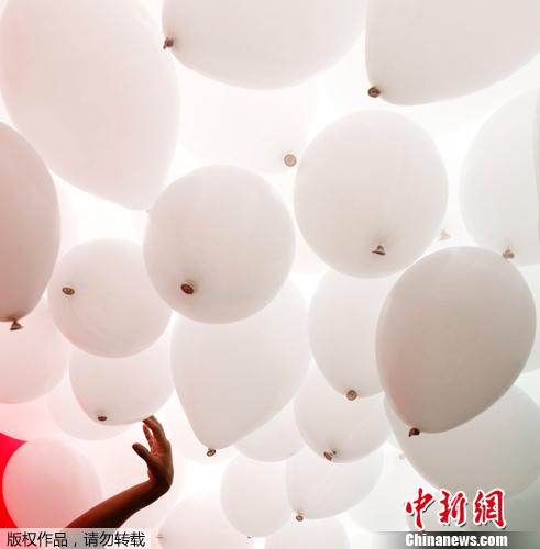 当地时间2011年12月30日,巴西Patio do Colegio,圣保罗商业协会放飞环保气球,庆祝新年到来。