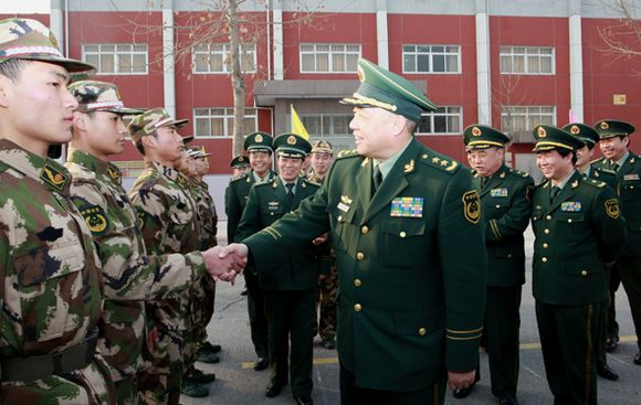 武警部队司令员王建平看望北京总队新战士图片