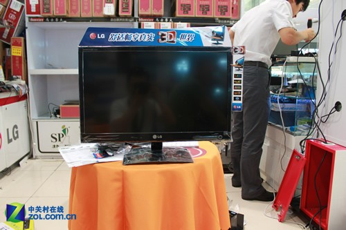 LG D2342P-PN液晶显示器的外观
