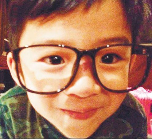 Lucas戴着眼镜古灵精怪