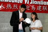 图文:[NBA]易建联加盟小牛 受华人欢迎