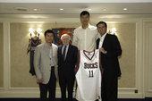 图文:[NBA]易建联加盟小牛 雄鹿队赠送球衣
