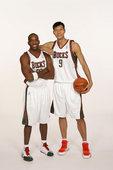 图文:[NBA]易建联加盟小牛 在雄鹿和老大里德合影