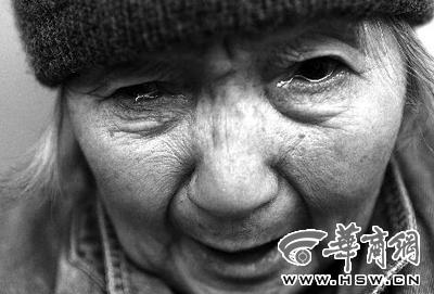 黑白手绘老人流泪