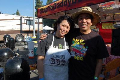 44岁的烤肉达人邝唐娜(左)与51岁的烤肉达人苏哈瑞(右)因在烤肉竞赛交锋,并展开远距离恋爱。(记者王善言/摄影)
