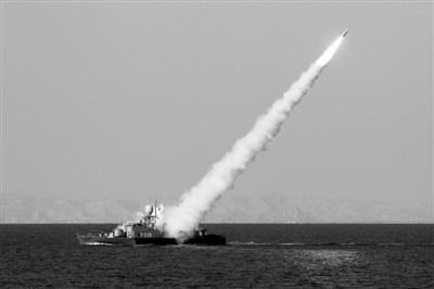 """试射导弹 1月1日,伊朗海军在伊南部海域举行的代号为""""守卫90""""的大规模军事演习中发射一枚导弹。新华社发"""