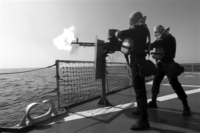 """舰上开火 2012年1月1日,伊朗海军士兵在代号为""""守卫90""""的军演中开火。"""
