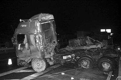图为昨晚事故现场.重型挂车被撞变形.    摄 -沪昆高速车祸致13人死