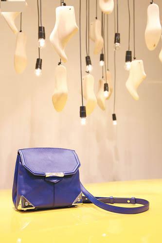 Alexander Wang 彩蓝色手挽袋$5,800