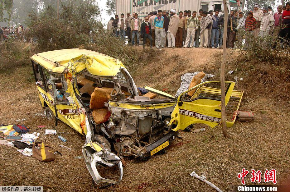 组图:印度校车发生车祸11人死亡20人受伤 10名死者为学生