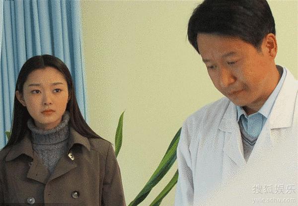 宋轶(左)在《只要你过得比我好》中饰演小白