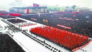 朝中社1月3日提供的照片显示,平壤市3日在金日成广场举行群众集会,决心贯彻朝鲜劳动党中央政治局决议、党中央委员会和党中央军事委员会发布的共同口号以及新年联合社论精神。