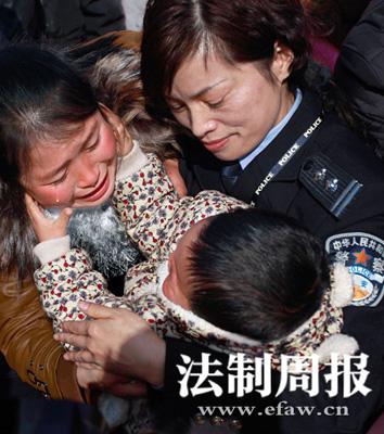 湖南岳阳公安机关成功解救被拐儿童,母亲抱着归家的孩子喜极而泣。通讯员 龚琳 图