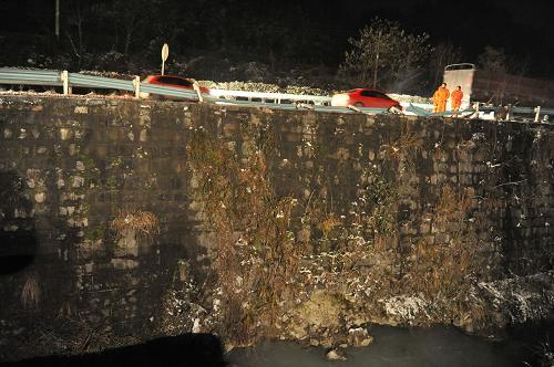 兰海高速贵州境内发生大客车翻车事故 已造成16人死亡