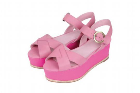 这一双鞋子设计得很夸张,这种粉色很柔和,鱼嘴的设计很潮,而鞋底不满的银色凸起让这双鞋子在夏日阳光之下闪闪发光,穿上它,你一定是焦点。