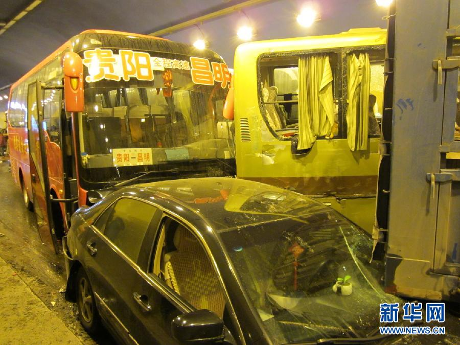 厦蓉高速发生追尾事故 140余名被困隧道旅客安全转移