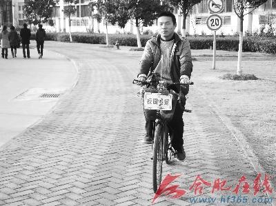 """骑着""""花车""""的齐永章"""