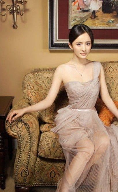 杨幂最近拍摄的一组写真大片中,透视白纱裙秀出美腿颇有贵妇风范.