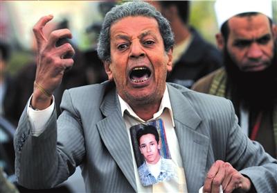 1月4日,一名反穆巴拉克抗议者在法庭外示威。图/人民图片