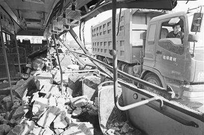 车石块砸伤公交乘客高清图片
