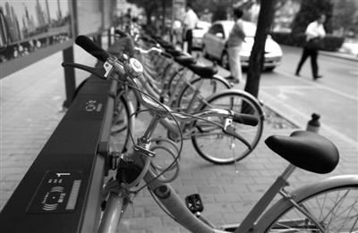 去年9月7日,朝阳门地铁A出口自行车租赁点,自行车通过刷卡的方式租赁。本报资料图片 薛珺 摄