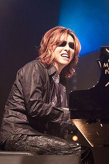 Yoshiki的古典钢琴造诣并不亚于他的鼓技