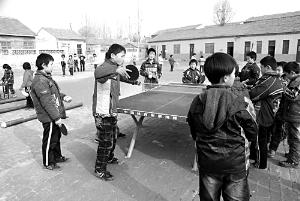 孩子们在体彩捐助的健身设施旁运动
