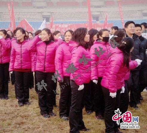 公务员方阵穿着统一配发的新羽绒服