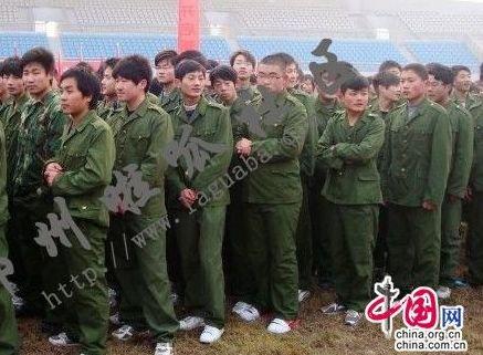 身着夏天军训外套的孩子们在腊月寒冬中瑟瑟发抖