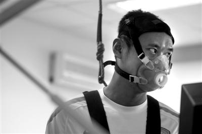 北京国安球员在体检中戴上特殊装备。本版图片/CFP